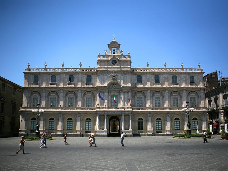 Catania_piazza_universita.jpg